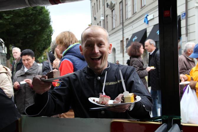 Håkan Steinbrenner bjuder på tårta